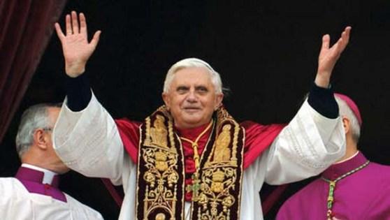 De Paus zwaait naar zijn publiek. (Foto: geloofenleven.be)